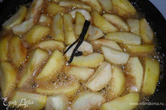 Кинуть яблоки, ваниль и налить вино. Дать потушится минут 5-10, зависит от сорта яблок.