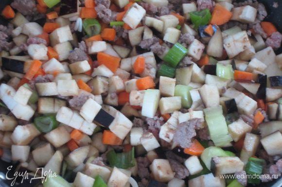Добавить овощи и тушить 15 минут. Посолить и поперчить по вкусу.
