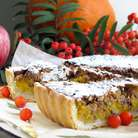 Подавать пирог теплым или комнатной температуры. По желанию можно присыпать сахарной пудрой.