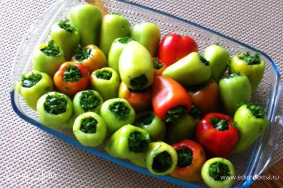 Полученные фаршированные зеленью перцы замораживаем. Используем по мере необходимости при приготовлении супа, борща, плова, соусов..... Зимой конечно же тоже продается зелень, но она все же не такая вкусная :)))).