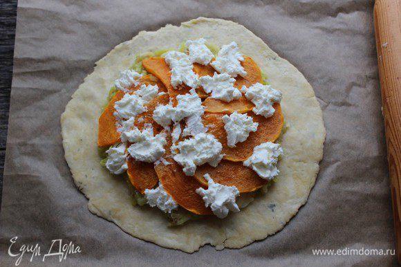 Сверху - сыр (по рецепту - козий, я использовала каймак)