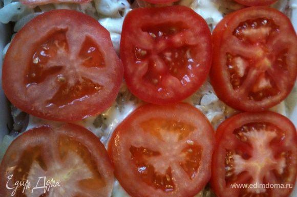 Поверх лука выкладываем томаты!