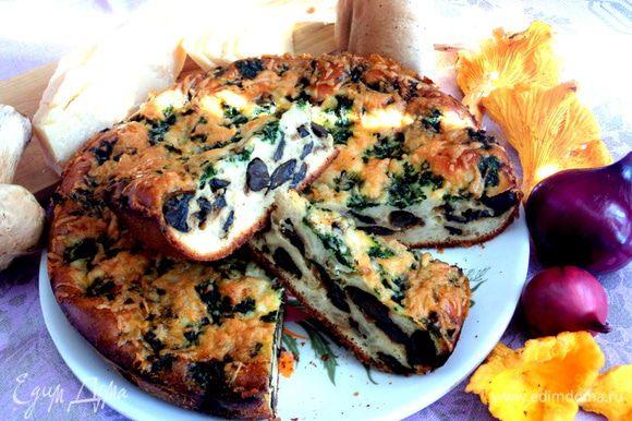 Такой пирог можно испечь и зимой из размороженных грибов и даже вымоченных солёных.