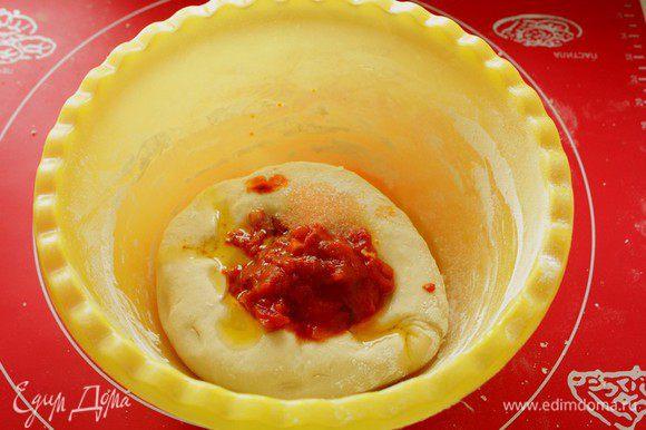 Добавить томатную пасту, масло и соль. Хорошо вымесить. (масло я использовала из-под вяленых помидор)