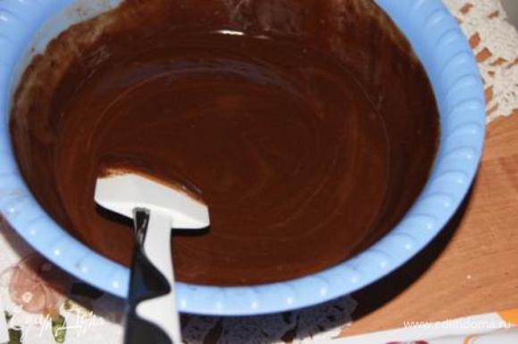 Вливать сливки в шоколад по 1/3, тщательно перемешивая.