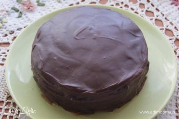 Таким образом поступаем со всеми коржами, на верхний корж выкладываем только шоколадный крем. Бока торта покрываем шоколадным кремом.
