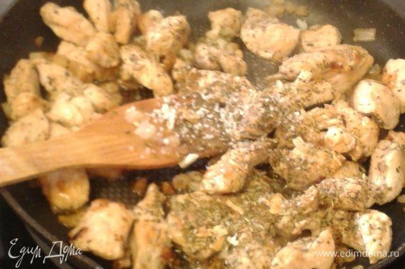 Выкладываем мелко порезанное филе индейки, обжариваем до золотистой корочки (филе готовится очень быстро не пережарить!).
