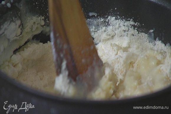 В горячее молоко с маслом и водой вмешать муку, так чтобы получилась гладкое тесто без комочков.