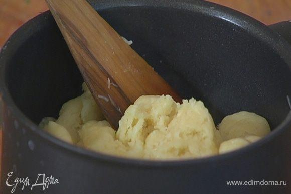 Оставшийся натертый сыр добавить в тесто, перемешать.