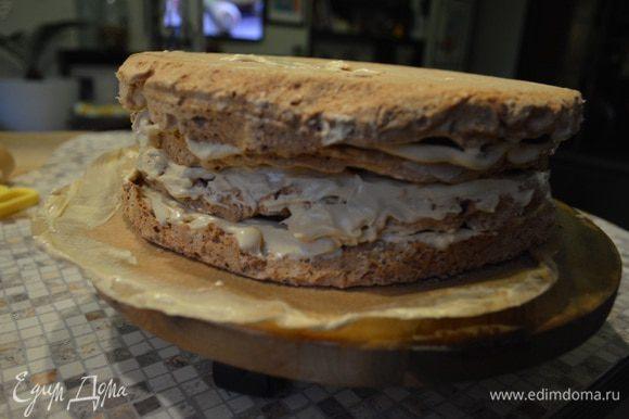 Оформляем: Нижний корж ровной стороной вниз (под него можно ложечку крема, тогда ваш торт не будет ездить по подставке). На него 2/3 крема N1. Верхний корж ровной стороной наверх, на него крем N3. Оставшуюся часть первого крема наносим на бока торта.