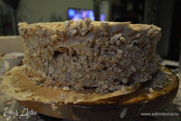 Обсыпать бока торта оставшимися орешками.