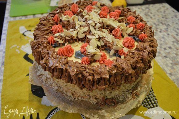 С помощью розового, голубого и шоколадного крема N2 украшаем торт. Можно добавить вафельные розы, миндальные лепестки, ну это уже по настроению.