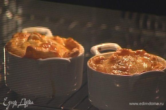 Выпекать пирожки в разогретой духовке около 15 минут.