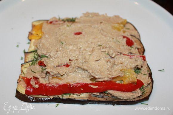 Кладём на тарелку баклажаны-слайсы ( я их поставила в выключенную духовку, чтоб не остывали), следующий слой: крем-укроп-перец-крем-укроп-баклажаны.