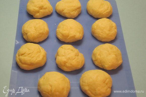 Разделить тесто на 11 частей. Можно разделить на 15 частей, тогда булочки получатся маленькими.