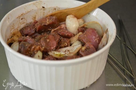 Луковицу порезать крупно на дольки, выложить в свинину посолить и поперчить, залить красным вином и оливковым маслом. Перемешать, закрыть пленкой и поставить в холодильник на 4-6 час. или ночь.