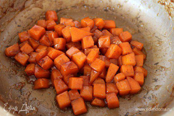 Вторую часть тыквы нарезать кубиком со стороной 1 см. На сковороде растопить сливочное масло, выложить кубики тыквы, посыпать коричневым сахаром, молотыми корицей и имбирем и постоянно помешивая дать тыкве закарамелизоваться...