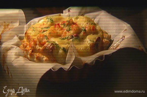 Выпекать тарты в разогретой духовке 15–20 минут до золотистой корочки.