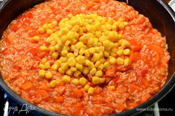 Через 10 минут добавить кукурузу и горошек. Посолить и поперчить по вкусу. Положить специи - перец чили и кумин (зиру). Перемешать и продолжить готовить еще 10 минут. Если жидкость начнет сильно испаряться, добавить еще немного бульона или просто кипятка...