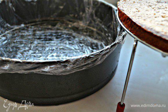 Собираем торт. Разъёмную форму выстелать пищевой плёнкой. На дно положить корж.