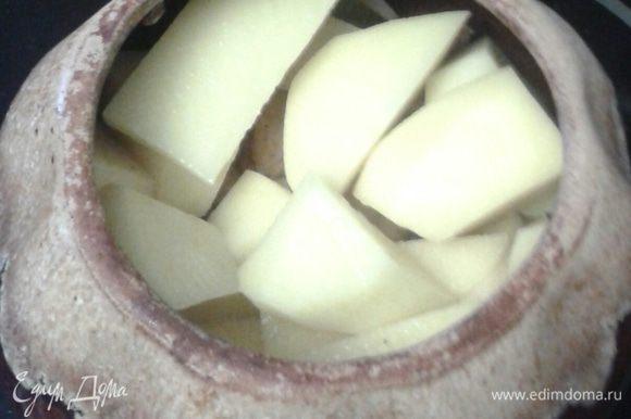 Картофель почистить, нарезать кубиками, выложить сверху лука.