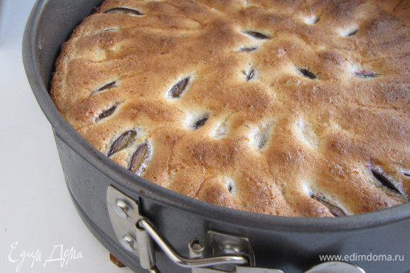 Выпекать при 180 град 40 минут до зарумянивания пирога. Дать пирогу остыть в форме.