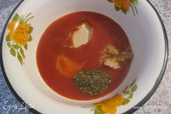 В миске смешать томатный сок, воду, соль, сахар, сухой базилик, масло. Добавить продавленный через пресс чеснок.