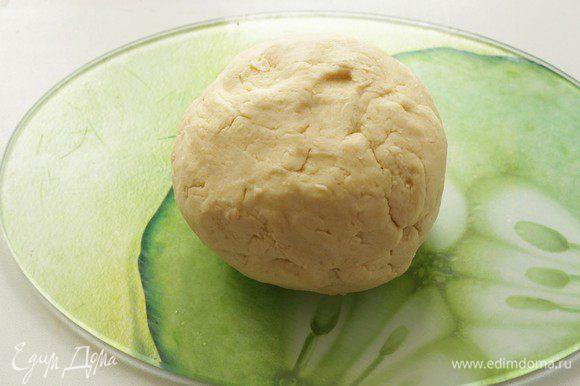 Замесить рубленое тесто из муки и масла.