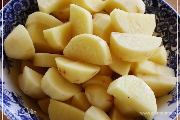 Хоть картошечку и не поднималась рука чистить … молодая же. А все же почистил, вернее пошкрябал и крупно порезал. Лучку настрогал полукольцами, не толсто. Морковку кубиками нарубил. Перец болгарский тоже полукольцами, поперек.