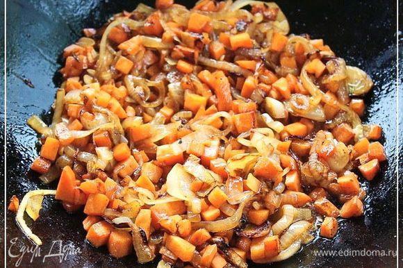 Потом добавил в казан еще масла. Граммов около ста. И отправил туда лук. А как только лук умягчился, зазолотился, то и морковка пошла. Через минут пять все аккуратно перемешал и оставил морковку тушиться. Тушил я морковку минут, наверное, пятнадцать – двадцать. Пока кубики не приобрели мягкую, но упругость.