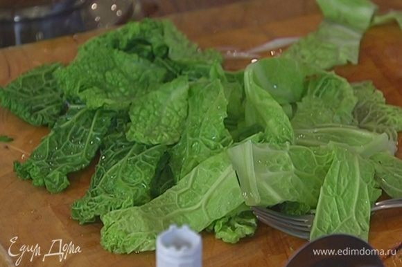 Когда вода стечет, нарезать капустные листья на куски.