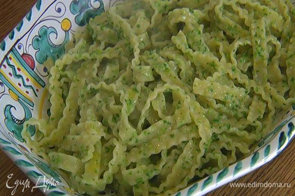 Выложить макароны на блюдо и сбрызнуть оливковым маслом Extra Virgin.