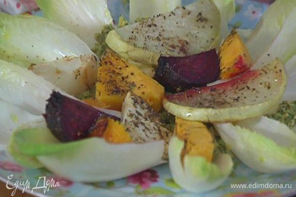Сверху поместить запеченные овощи.