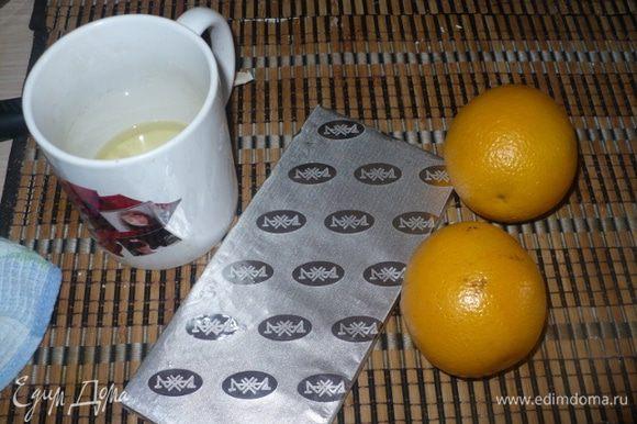 Белки взбить, испечь меренгу. Из шоколада и апельсина готовим соус.