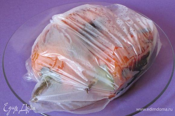 Выложить в полиэтиленовый пакет, оставить на 10 минут, снять кожицу и нарезать соломкой. Перец можно не запекать, использовать свежий, нарезать соломкой.