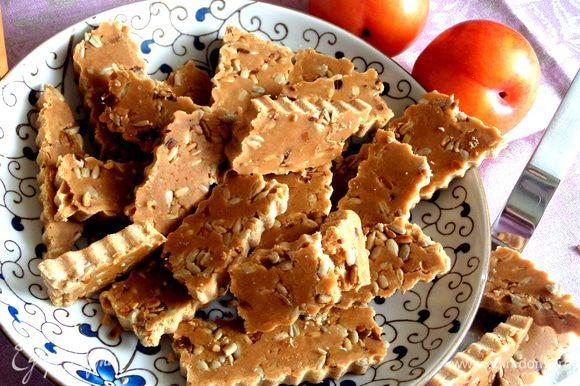 """Переносим на тарелку нашу сладость и она готова! Вкус напоминает и печенье и конфету """"Коровка"""" и реально халву)))"""