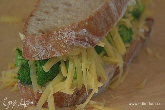 Хлеб смазать с одной стороны сливочным маслом, на один кусок выложить слой сыра, затем брокколи и снова сыр, накрыть бутерброд вторым куском хлеба.