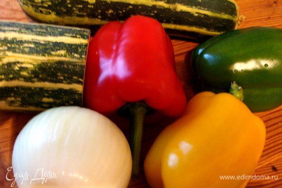 Для соуса подготовить овощи. Лука у меня крупная головка.
