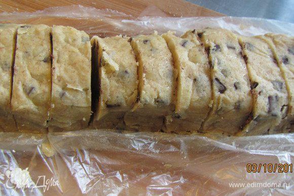 Разогреваем духовку до 200 гр. Достаем колбаску из морозилки и быстро режем ее кусочками (она не должна успеть нагреться). Скатываем из них шарики (тоже как можно быстрее).