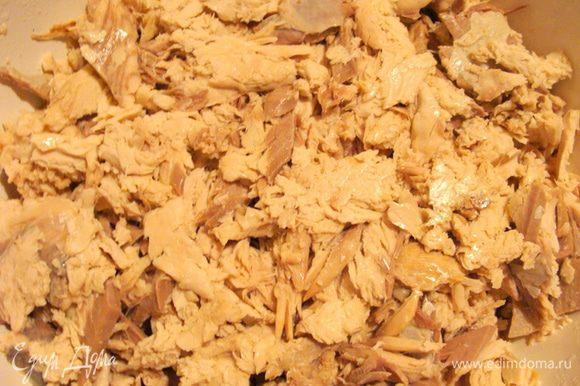 Лосось, форель или кету отварить со специями (лавровый лист, перец горошком, соль, головка лука), можно по своему вкусу. У меня была крупная кета, на 2 с лишним килограмма. Отделить мясо от костей, измельчить руками, разделив на перышки, если хотите структуру меньше, типа паштета, значить надо перышки слегка раздавить.