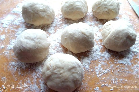 Присыпаем доску мукой и делим тесто на 7-8 колобасиков. Снова немного дадим постоять.