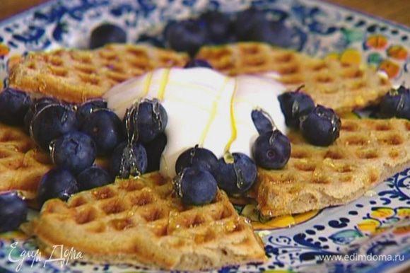 Подавать готовые вафли с ягодами, сливками и медом.