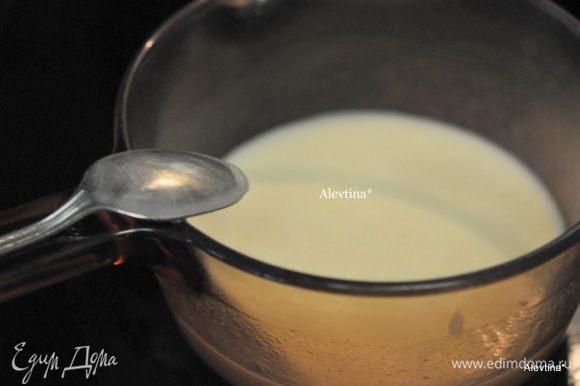 Пока кекс стоит в духовке приготовим глазурь. В кастрюльке растопим сливочное масло 55 гр , добавим кефир, сахар и пищевую соду, помешиваем. Дать прокипеть 1 мин и снять с огня.