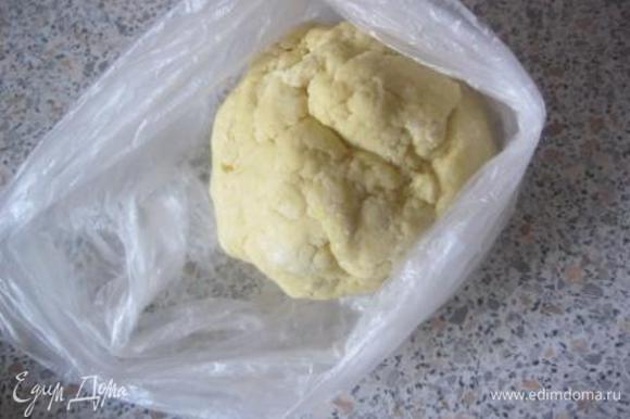 Скатать есто в шар, завернуть в п.пленку/п.пакет и убрать в холодильник на 1 час.