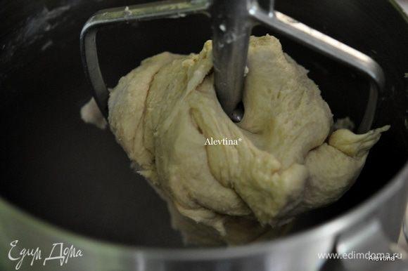 Тесто будет выглядеть гладким, блестящим и эластичным. Переложить в миску, закрыть пленкой и поставить в холодильник на 2 часа или ночь.