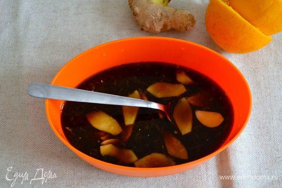 Приготовить маринад; выдавить сок из двух апельсинов, добавить соевый соус, нарезанный пластинками чеснок и имбирь. Лук нарезать полукольцами (можно взять две луковицы, по вкусу...).