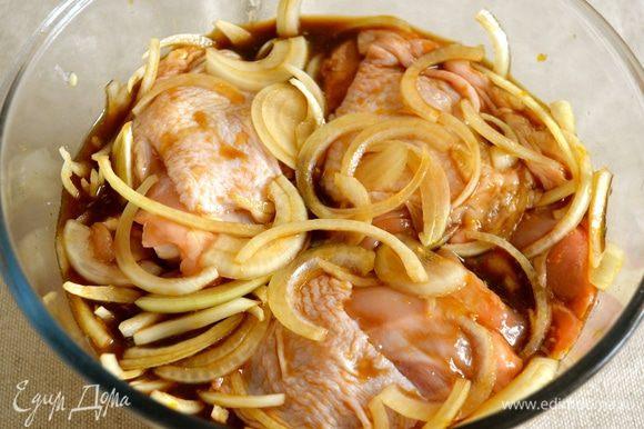 Куриные бедрышки вымыть, уложить в миску и залить полученным маринадом с луком, как следует перемешать и оставить мариноваться при комнатной температуре на 1 час.