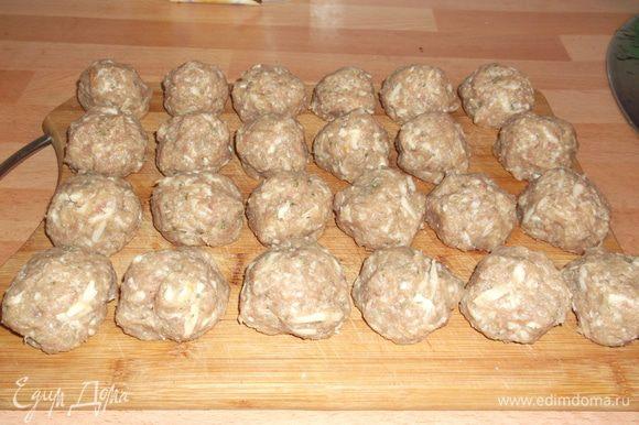 В это время в фарш добавляем обжаренные лук и чеснок,натёртый пармезан,панировочные сухари,яйцо,мелко порезанные петрушку и тимьян,соль,перец,хорошо перемешиваем и формуем шарики размером с грецкий орех.