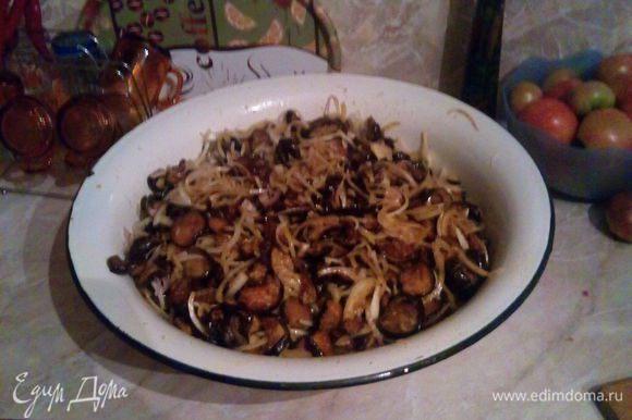 Добавить к баклажанам нарезанный полукольцами лук, порубленный чеснок, приправы. Солить больше не надо. Залить уксусом и прокипяченным, остудившимся подсолнечным маслом. Перемешать и оставить на ночь в эмалированной посуде.