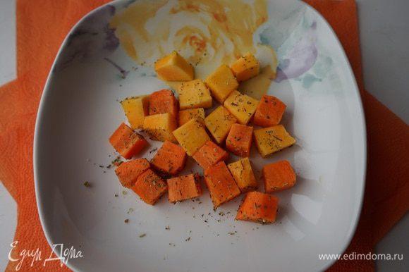 У нас есть 32 минуты на сооружение остальных составляющих нашего завтрака. Пару долек тыквы (не смогла указать в ингредиентах, что нам надо не 2 тыквы, а только 2 дольки) и морковь режем кубиками одинакового размера, немного солим и присыпаем любимыми травками. У меня это смесь итальянских трав. Выкладываем на смазанную раст. маслом фольгу в форму и отправляем в духовку к куриному филе. Мы как раз убавили температуру до 180 градусов, так что они должны приготовиться одновременно.